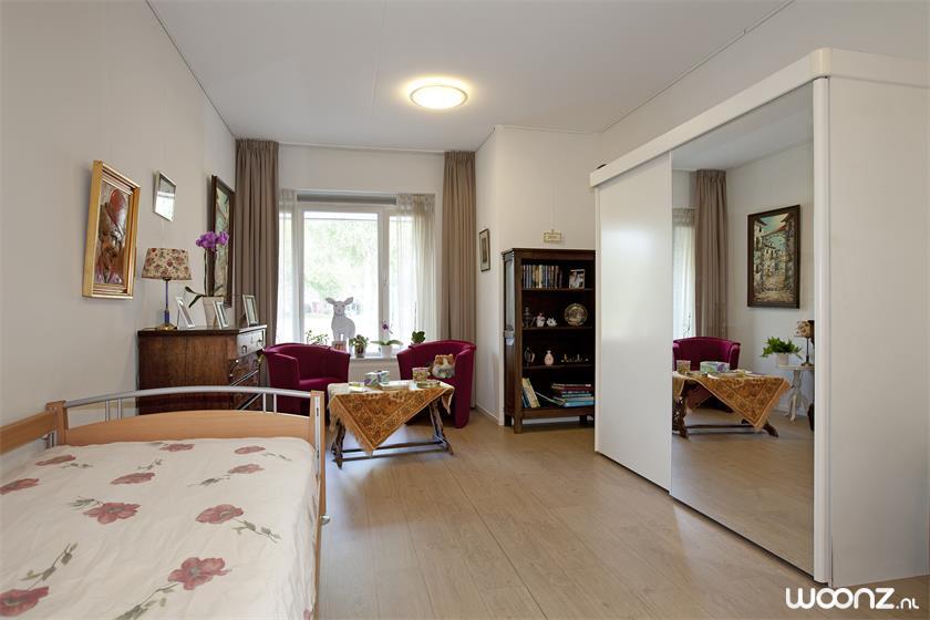 Een ruim 25 m2 slaapkamer, inrichten met eigen spullen. Behalve dan de gordijnen en het bed
