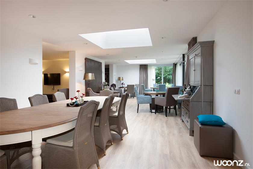 Huiskamer met tafel