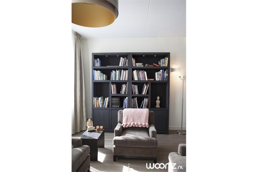 Huiskamer met boekenkast