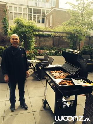 Barbecue in de zonnige stadstuin
