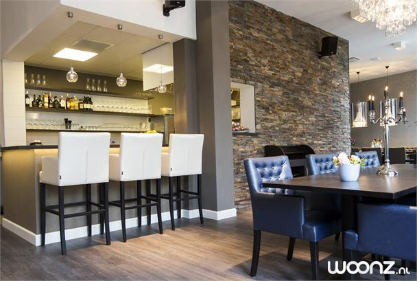 Luxe woonstudio met veel licht seniorenappartement in den haag - Lounge en keuken in dezelfde kamer ...