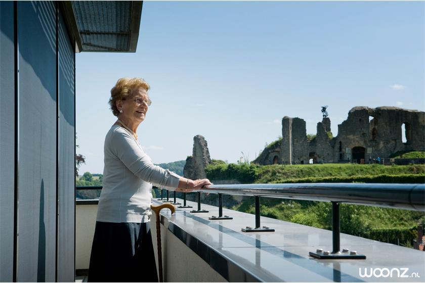 Domaine-Cauberg-vrouw-op-balkon-met-uitzicht